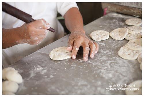 曾家福州光饼制作过程 - 表面上敲了几下,给面粉粒在烘烤的时候有洞口蒸发空气和流动