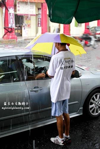 员工风雨不改把豆腐花送到你的车窗前
