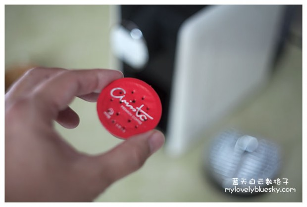 只是打开咖啡架,里面有个格子在装着使用过的咖啡胶囊,取出咖啡胶囊就可以了。