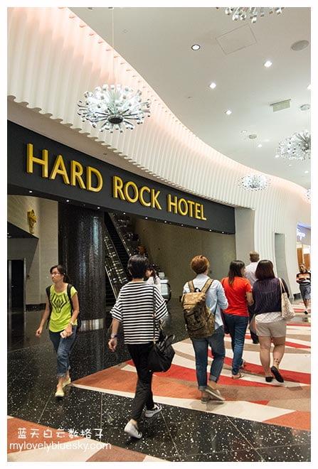 新濠天地(The City of Dreams)是澳门新濠博亚娱乐有限公司的博彩旗舰计划,位处澳門路氹城金光大道区域,毗邻澳門科技大学。新濠天地有3家酒店,占地将近4万平方公尺 ,分别有外形椭圆形的皇冠酒店(300间房间)、长方形的君悦酒店(800间房间)和圆形的(300间房间)。3家酒店本身各有特色。