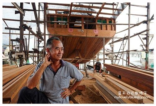 老板吴文光在年轻的时候来到槟城日落洞的船厂当学徒学习造船,后来去了马来西亚多个地方学习造船。甚至和一班朋友一起去印尼学造船,当年在印尼遇到了木材商有大量的木材,他们在印尼造了10艘船。后来他回来了邦咯岛,先向隔壁家船厂继续打工。过后自己成家立业,开了吴文光船厂,至今近40年。
