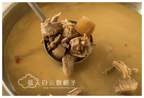 老鸭汤是鸭肉和陈年白萝卜熬煮。