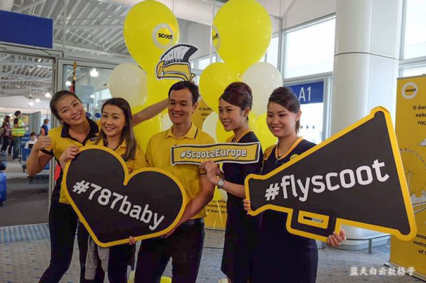 Scoot's CEO Mr. Lee Lik Hsin with crew