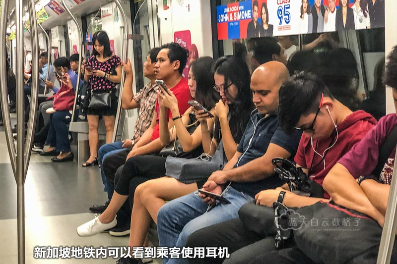 在新加坡地铁车厢内可以看到乘客多数使用耳机