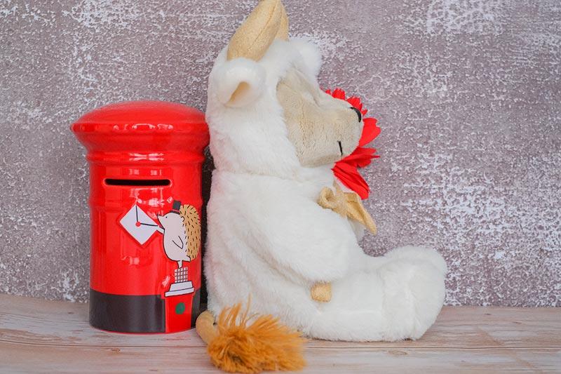 旁边的邮筒是我买2020年圣诞节系列的扑满,搭上生肖熊还蛮有圣诞节气氛
